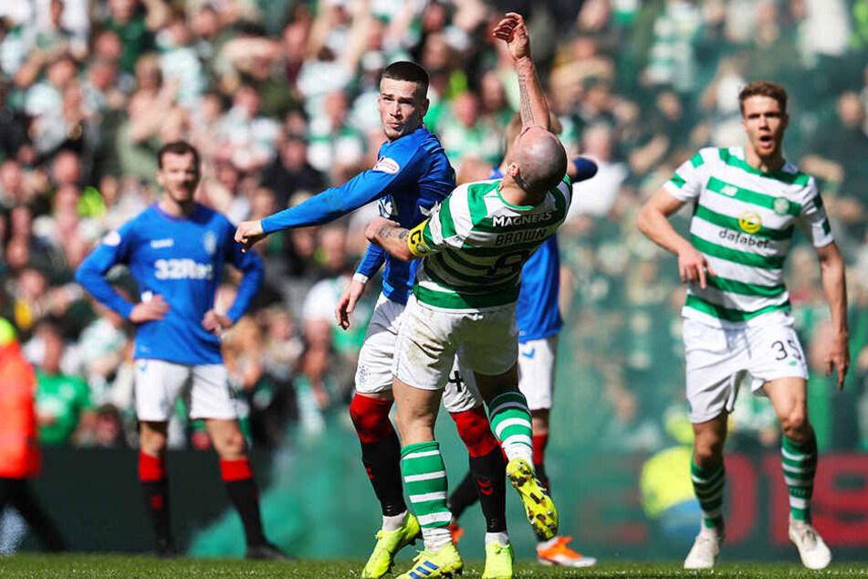 Rangers-Torschütze Ryan Kent (Mitte-links) verpasst Celtic-Star Scott Brown (vorne) einen Faustschlag ins Gesicht, nachdem dieser den Ball unsportlich wegwarf.