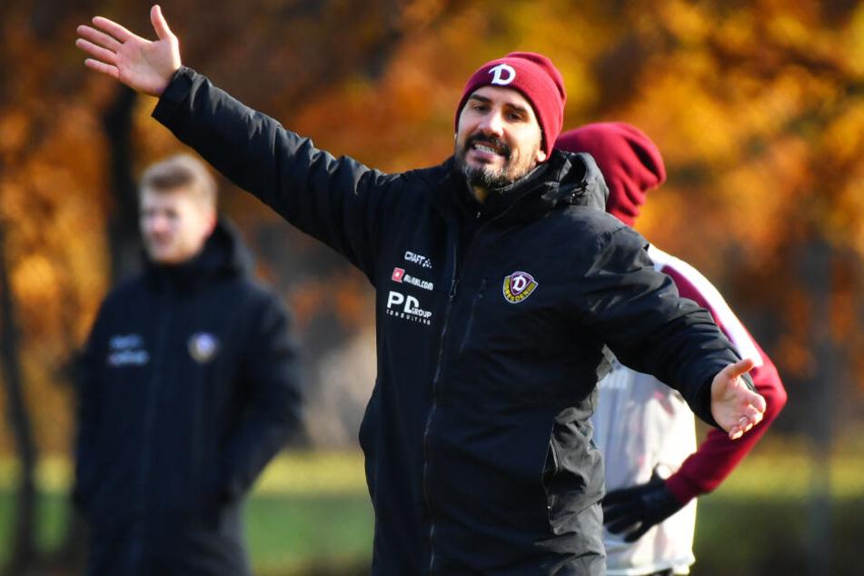 Dynamo-Coach Cristian Fiel hebt die Arme - ergeben will er sich mit seiner Truppe beim großen HSV aber keineswegs.