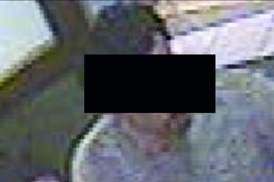 Frau auf Klo begrapscht: Sextäter mit auffällig gelben Zähnen gesucht!