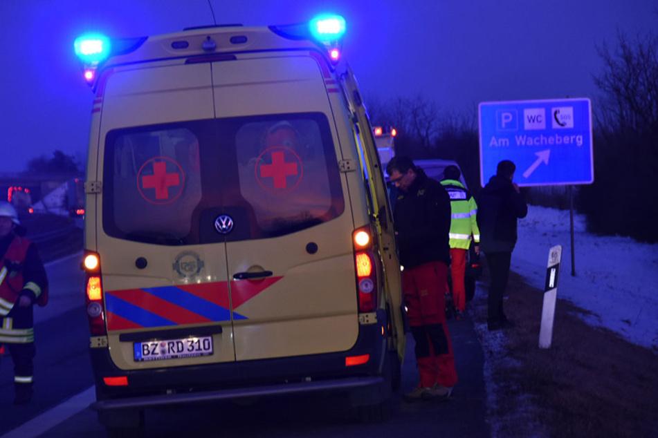"""Die Rettungskräfte mussten die Unfallstelle nahe dem Parkplatz """"Am Wacheberg"""" absichern."""