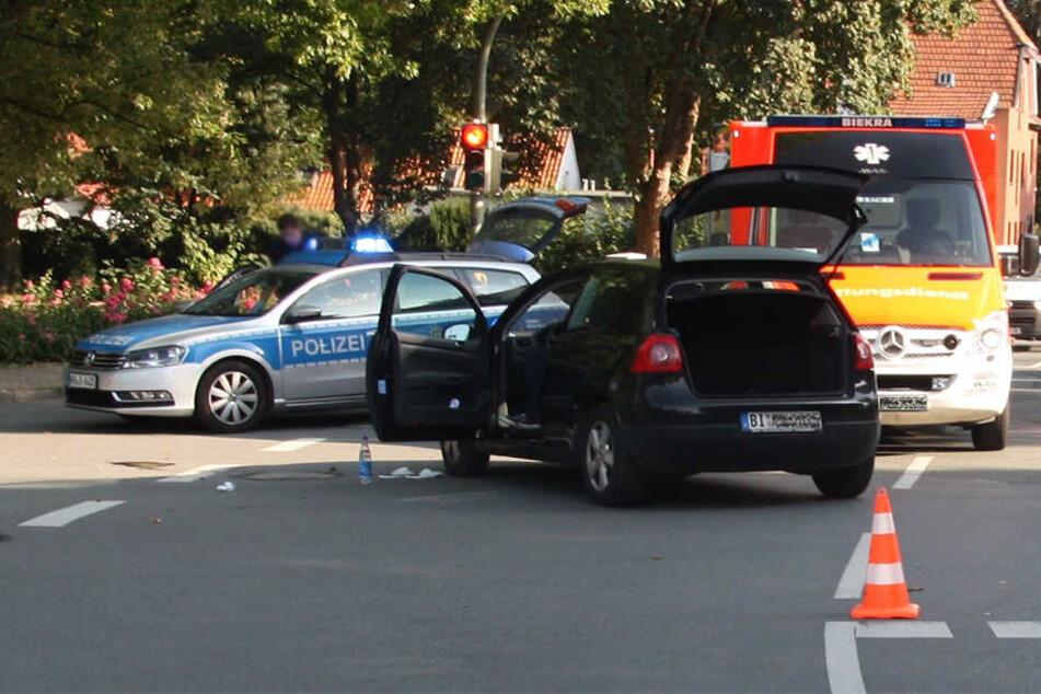 Der VW-Golf blieb mitten auf der Kreuzung stehen. Polizei und Rettungskräfte mussten anrücken.
