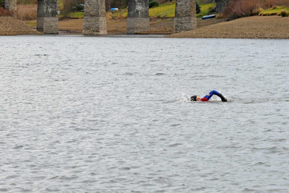 Einsam zieht er seine Runden für den guten Zweck. Für Heiligabend und den letzten Tag der Aktion haben haben sich aber schon Mitschwimmer angemeldet.