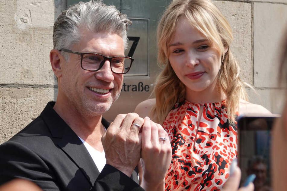 """""""Germany's Next Topmodel""""-Kandidatin Theresia Fischer und ihr Mann Thomas Behrend halten nach der Trauung im Standesamt Düsseldorf ihre Ringe nach oben."""