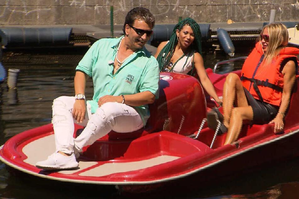 Bei einer schönen Bootsfahrt auf dem Tegler See fühlt Schlagersänger Oliver Frank Martinha (M.) und Nanine auf den Zahn.