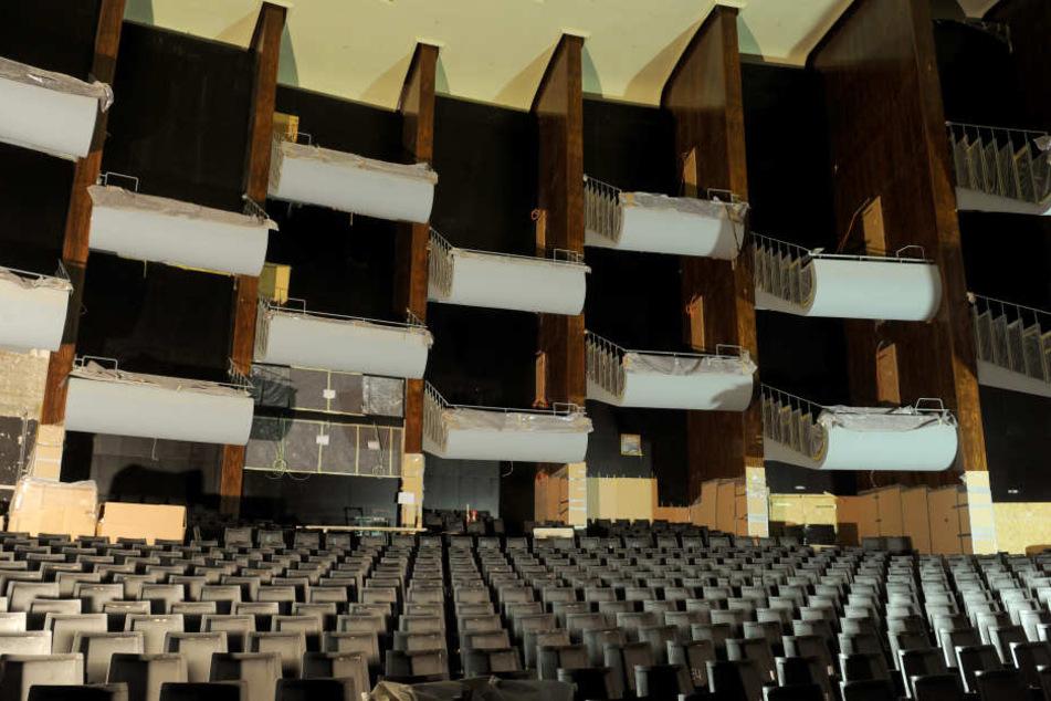Während der Sanierungsarbeiten sieht es so im Innenraum der Oper aus.