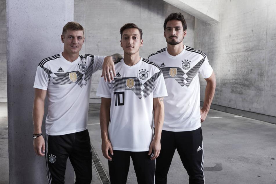 Toni Kroos, Mesut Özil und Mats Hummels (v.l) präsentieren das neue Trikot fpr die WM 2018 in Russland.