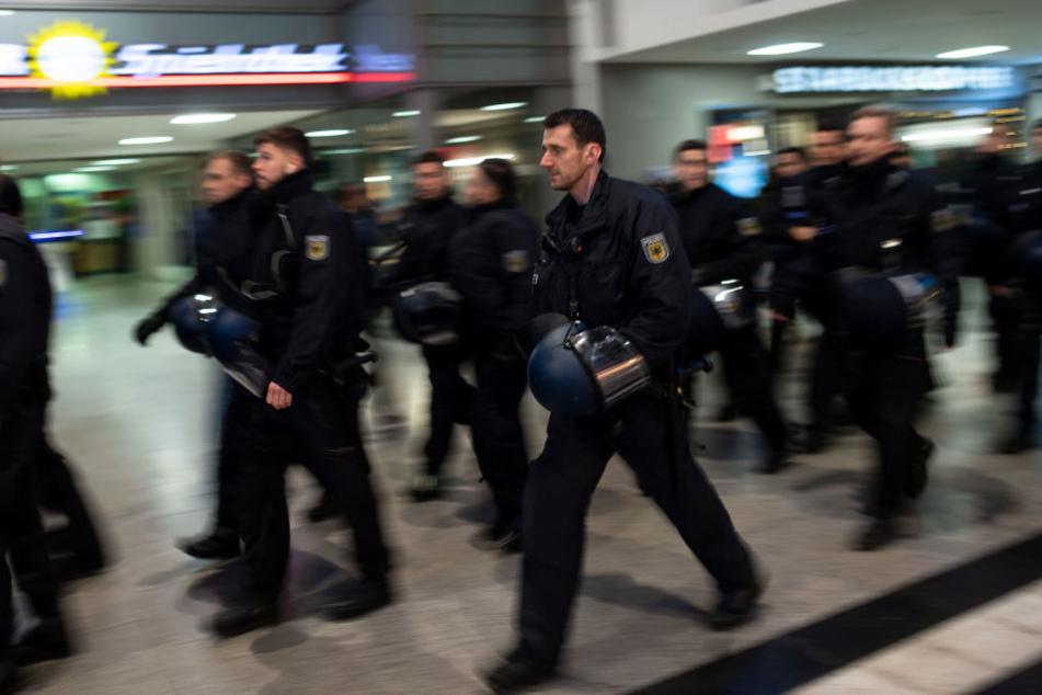 """Die Polizei musste die Krawallen der """"Fans"""" am Bahnhof in Duisburg stoppen."""
