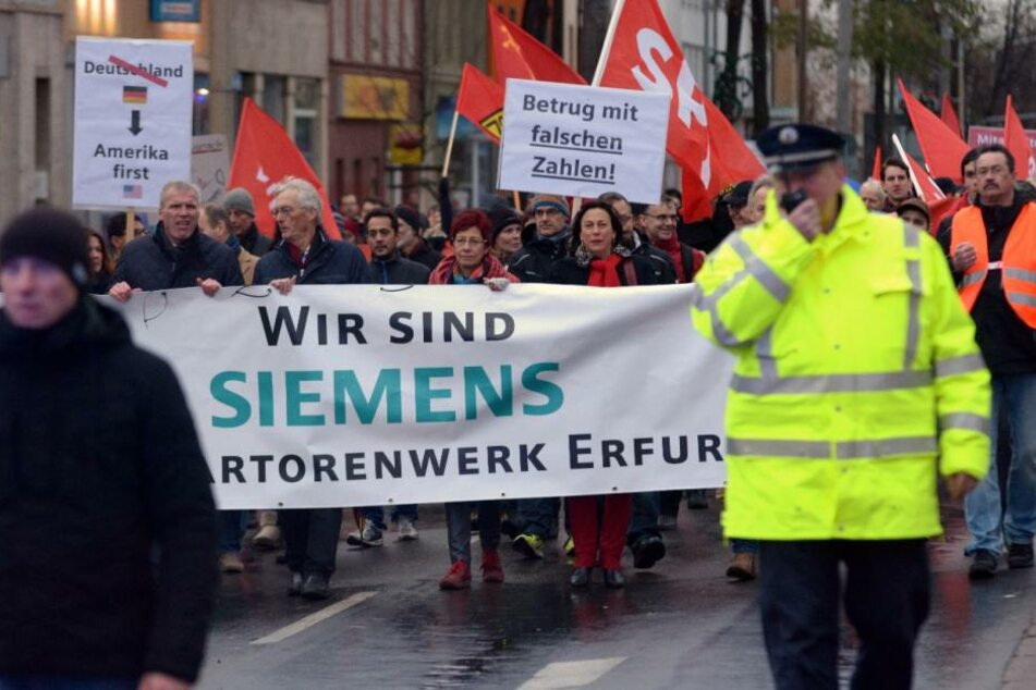 Siemens-Mitarbeiter demonstrieren schweigend gegen Stellenabbau