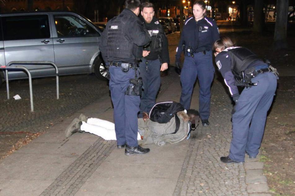 Die Polizei hat in der Nacht zu Samstag einen Mann in Berlin-Kreuzberg festgenommen.