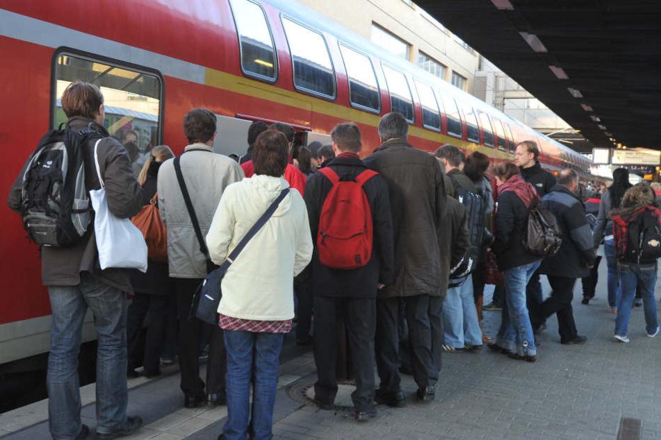 Drängeln ist unter Fahrgästen der Deutschen Bahn auch nicht angesagt. (Symbolbild)