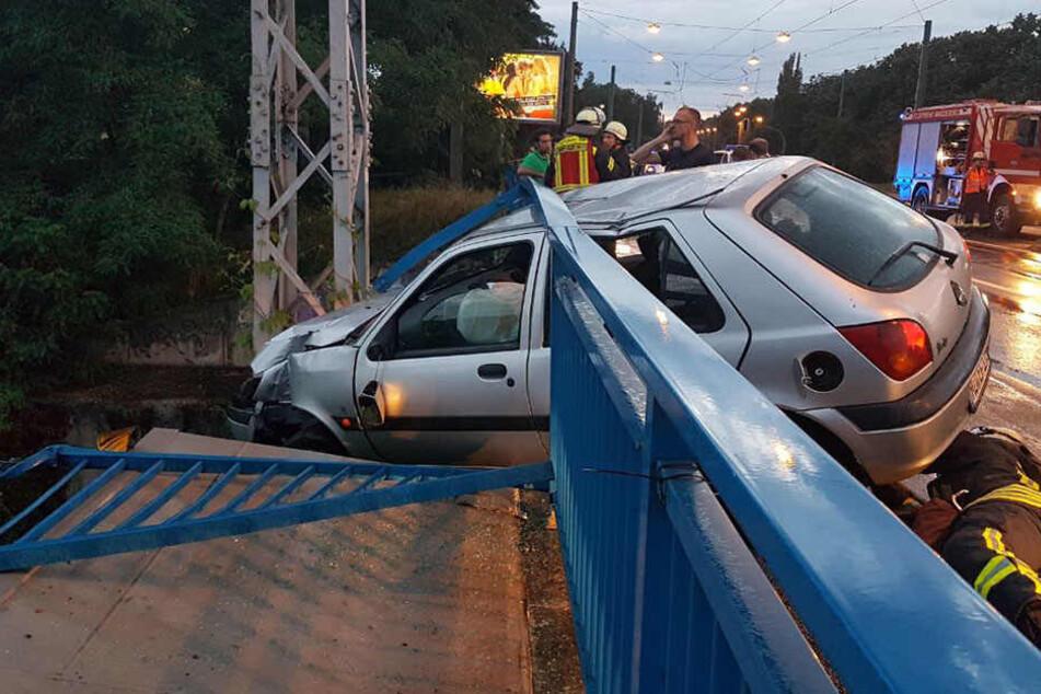 Der Fahrer war ins Schleudern geraten und gegen das Brückengeländer gekracht.
