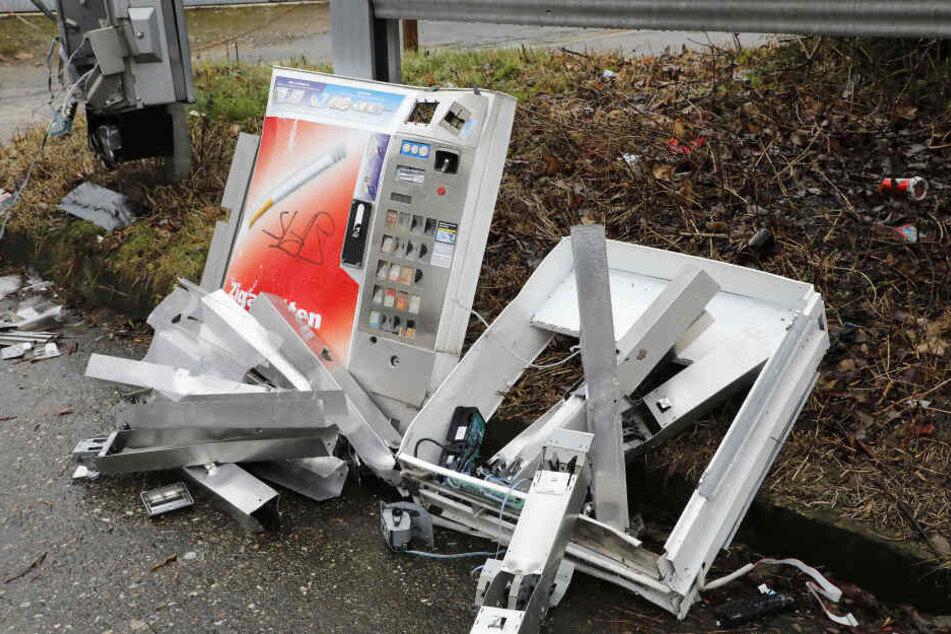 Teile flogen 25 Meter weit: Zigarettenautomat gesprengt