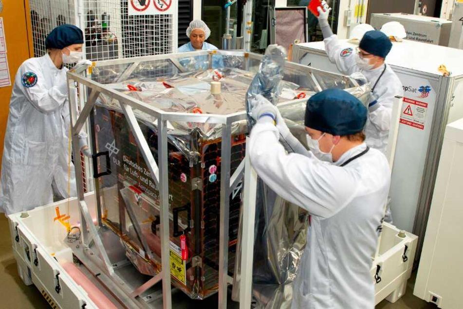 Mitarbeiter verpacken den Satellit Eu:CROPIS für den Transport von Bremen zur Vandenberg Air Force Base in Kalifornien.