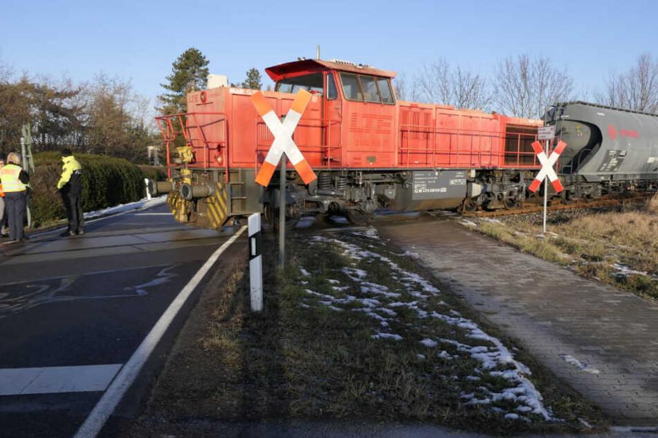 Crash bei Leipzig: Güterzug erfasst Post-Auto