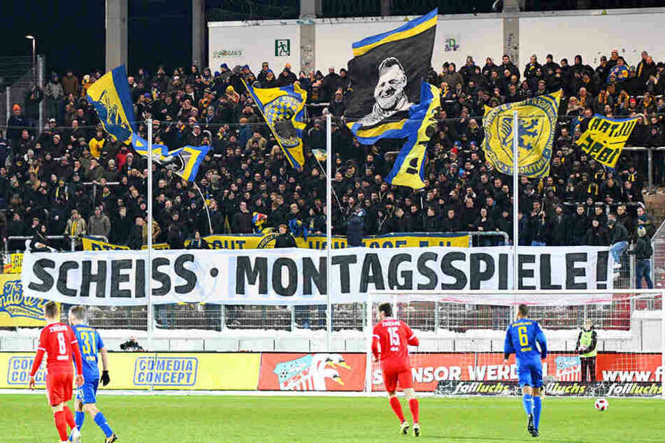 Auch in Zwickau begehrten die Fans gegen die Montagsspiele auf.
