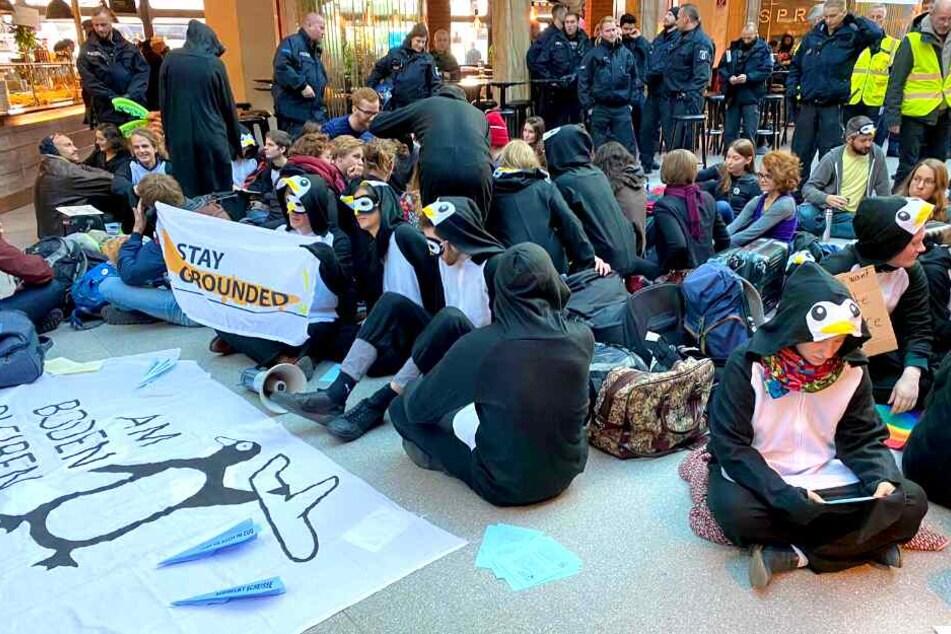 Klimaaktivisten machen ernst und protestieren im Flughafen Berlin-Tegel