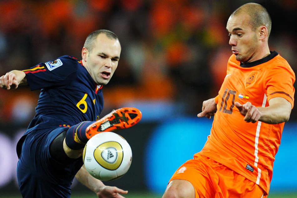 Wenige Monate später erlebte Wesley Sneijder (r.) einen seiner bittersten Momente: Die Niederlande verloren das legendäre WM-Finale 2010 gegen Spanien nach Verlängerung und vielen Fouls mit 0:1. Torschütze: Andres Iniesta (l.).