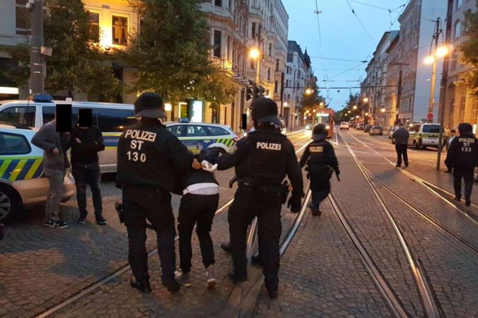 Die Angreifer warfen nach Polizeiangaben mit Steinen und Flaschen nach den Beamten.