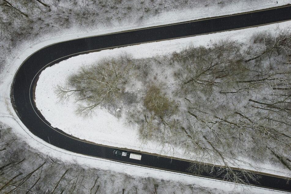 Eine Straße im südlichen Niedersachsen ist bereits verschneit. In Westfalen droht ein heftiger Schneefall ab Samstagabend.
