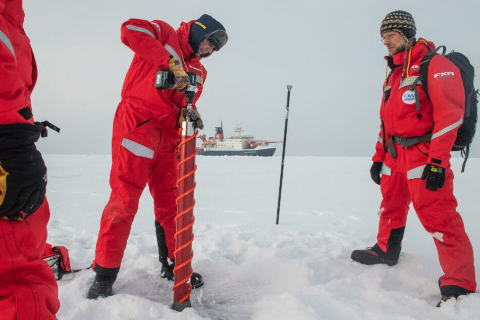Die Forscher untersuchen eine Eisscholle in der Arktis.