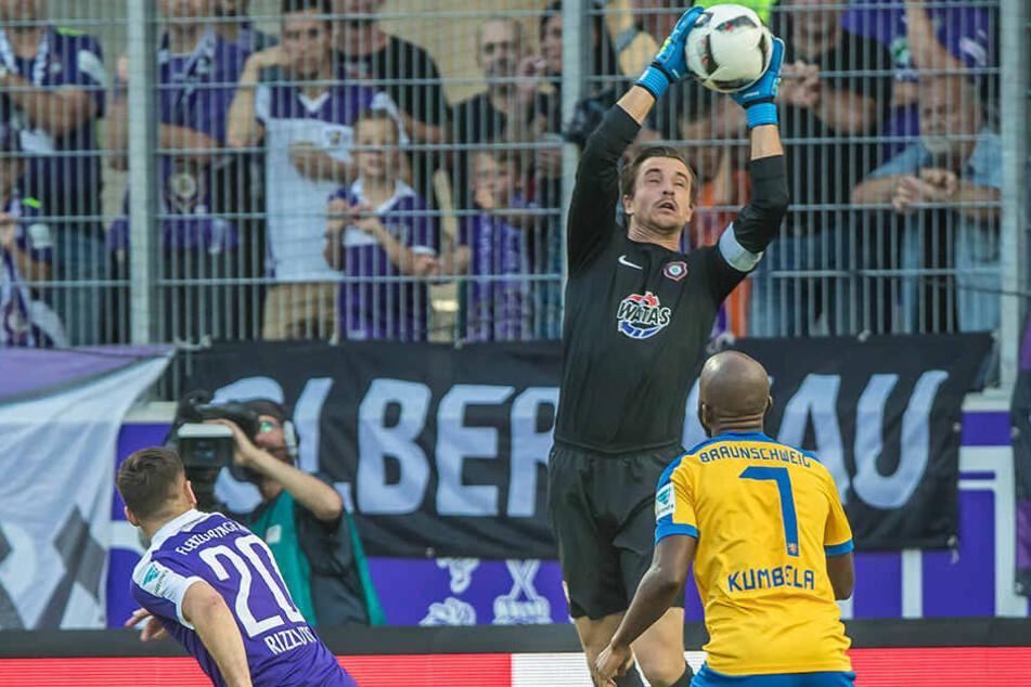 FCE-Keeper Martin Männel (M.) will sich von Domi Kumbela (r.) nicht schon wieder zwei Dinger einfangen.