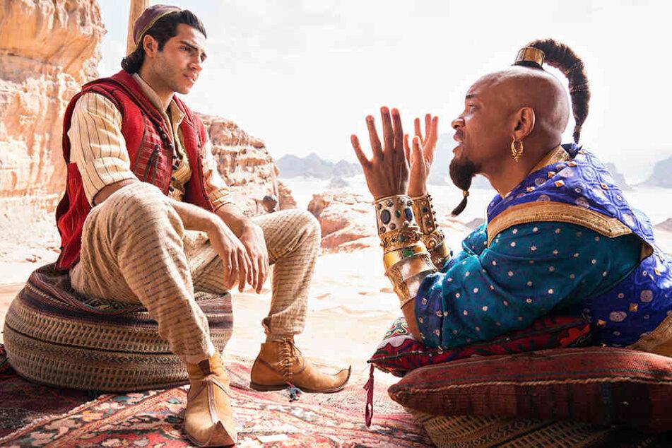 Aladdin (Mena Massoud) wird von Lampengeist Genie (Will Smith) beraten.