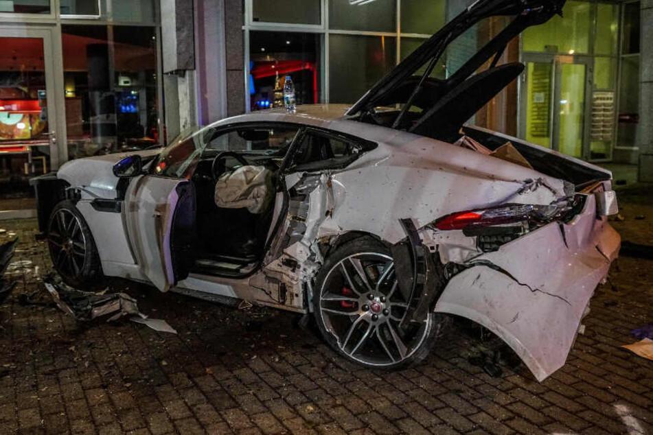 Der Fahrer dieses geliehenen Jaguars war Unfall-Verursacher und blieb unverletzt.