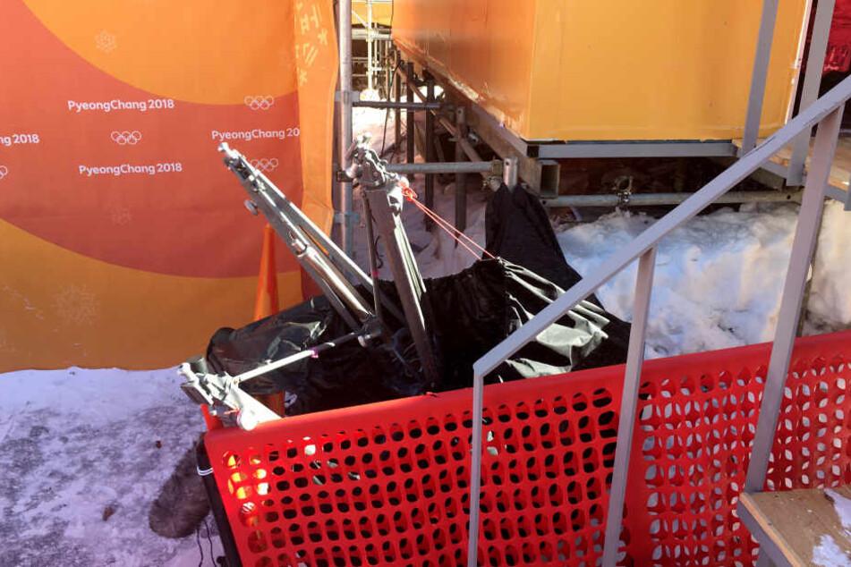 Die TV-Kamera stürzte mehrere Meter in die Tiefe.