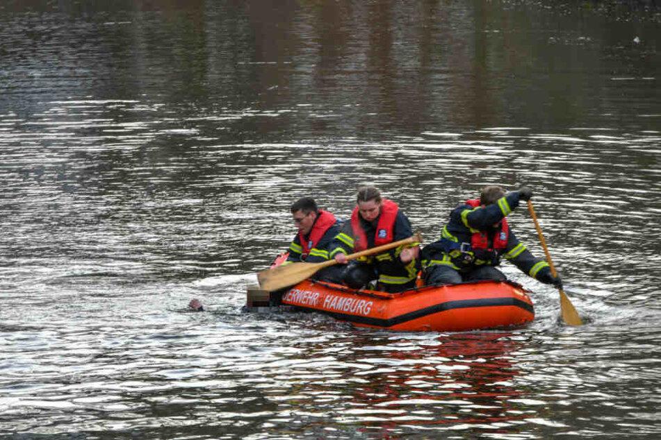 Feuerwehrleute bergen die Tote aus der Bille.