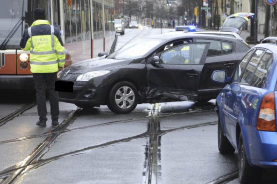 Die beiden Unfallfahrzeuge auf der Kreuzung Kesselsdorfer Straße/Rudolf-Renner-Straße in Dresden.