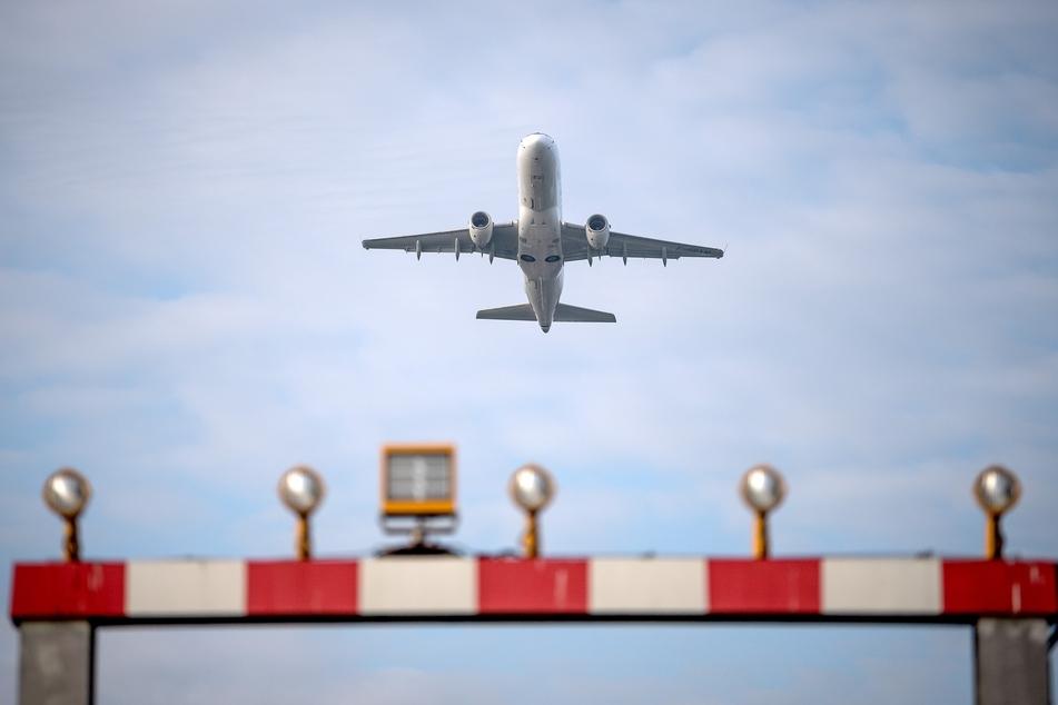 Ein Flugzeug startet vom Flughafen Hannover.