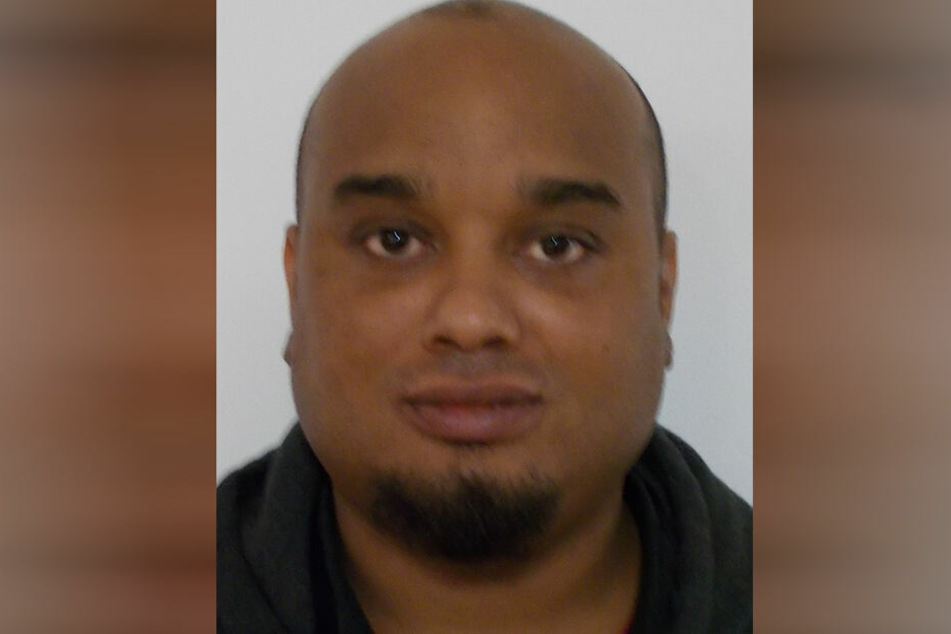 Das Fahndungsfoto der Polizei zeigt den 30-jährigen Täter.