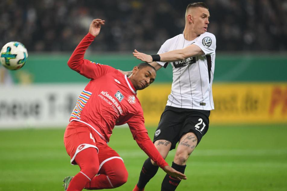 Hart umkämpft: Marius Wolf im Duell um den Ball mit Abdou Diallo.