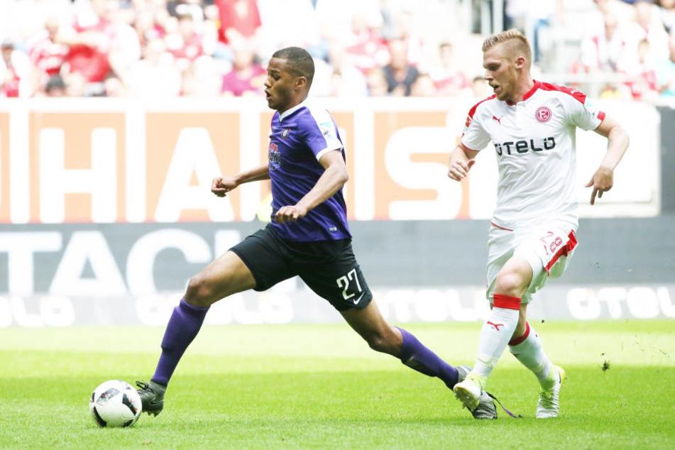 Zwei Jahre kickte Louis Samson (l.) für den FCE Aue, bevor er zu Eintracht Braunschweig ging. Hier behauptet sich der defensive Mittelfeldspieler gegen den Düsseldorfer Rouwen Hennings.