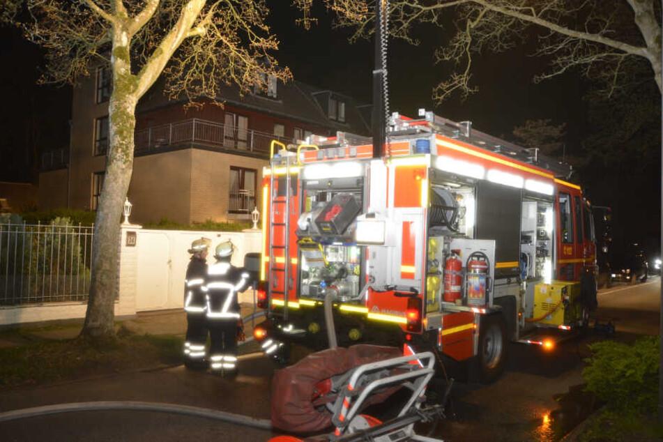 Die Feuerwehr steht vor einem Pflegeheim.