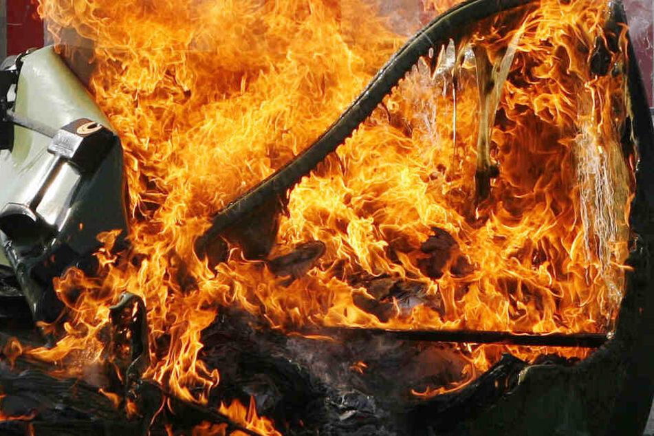 Die Feuerwehr löschte den brennenden Müllcontainer. (Symbolbild)
