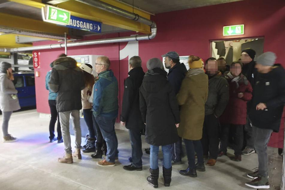 Vor dem Ticket-Automaten bildete sich eine lange Schlange.