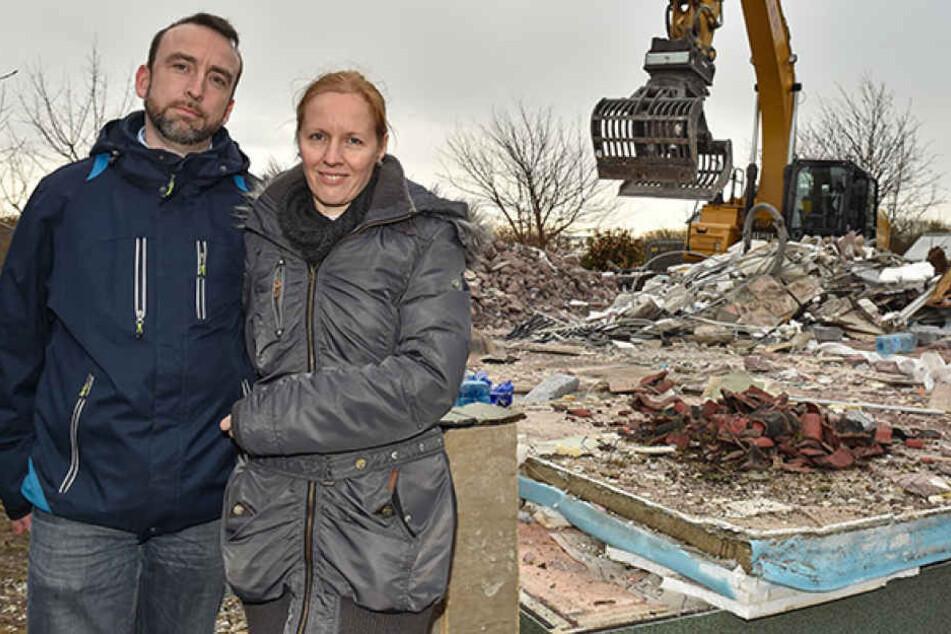 Vor den Trümmern ihres abgebrannten Heims: Matthias (43) und Jacqueline Naumann (47) blicken trotzdem wieder hoffnungsfroh in die Zukunft.