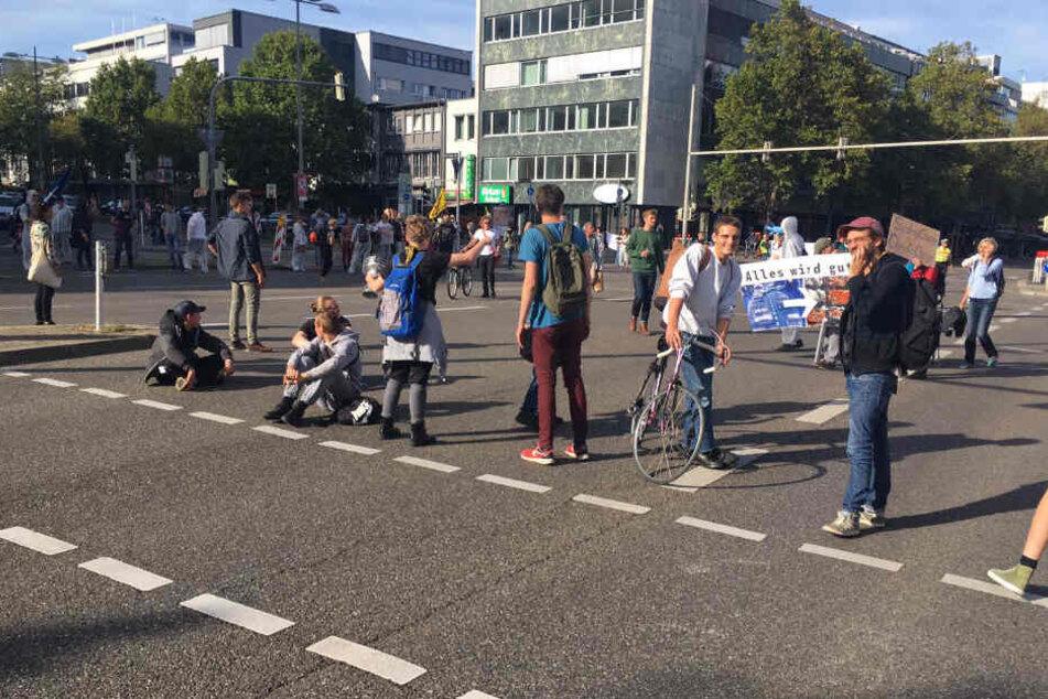 Demonstranten blockieren die Kreuzung Rotebühlplatz/Theodor-Heuss-Straße.