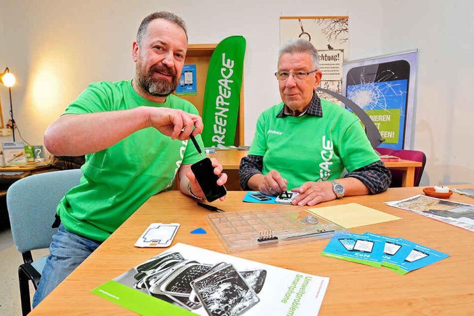 Thomas Bossack (46) und Bernd Voigtländer (74) unterstützen Besucher bei der  Reparatur ihrer Geräte