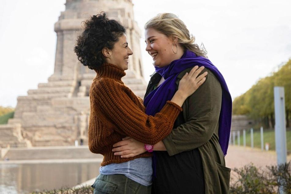 Schwester Miriam (r.) und ihre Rieke genießen die Zweisamkeit am Völkerschlachtdenkmal. Doch die Harmonie wird je unterbrochen.