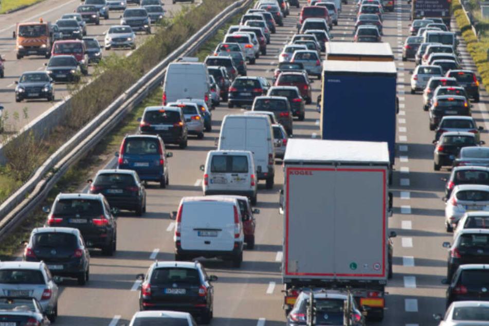 Nach dem Unfall staute es sich auf der Autobahn. (Symbolbild)