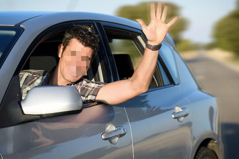 Winkend fuhr er um den Polizisten rum. Anschließend versuchte der 28-Jährige, vor der Polizei zu flüchten. (Symbolbild)