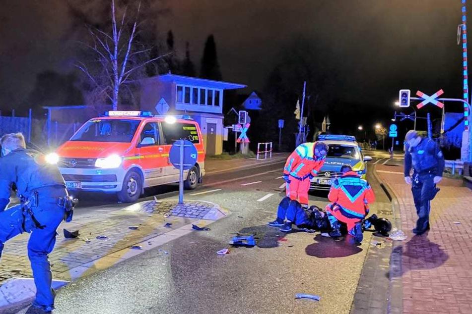 Der Mann wird am Unfallort von den Rettungskräften ärztlich versorgt.