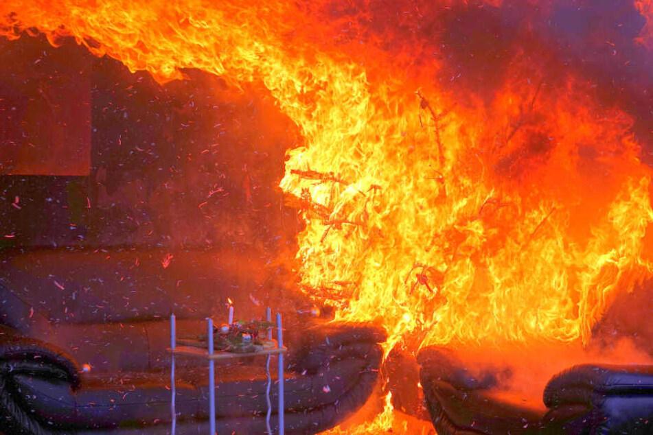 Der Weihnachtsbaum steht lichterloh in Flammen und setzt die Möbel in Brand.