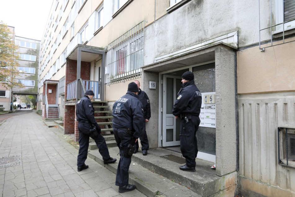 Der Syrer wurde in einem Schweriner Plattenbau festgenommen. Insgesamt stürmten das SEK und die GSG9 drei Wohnungen um 6 Uhr morgens.