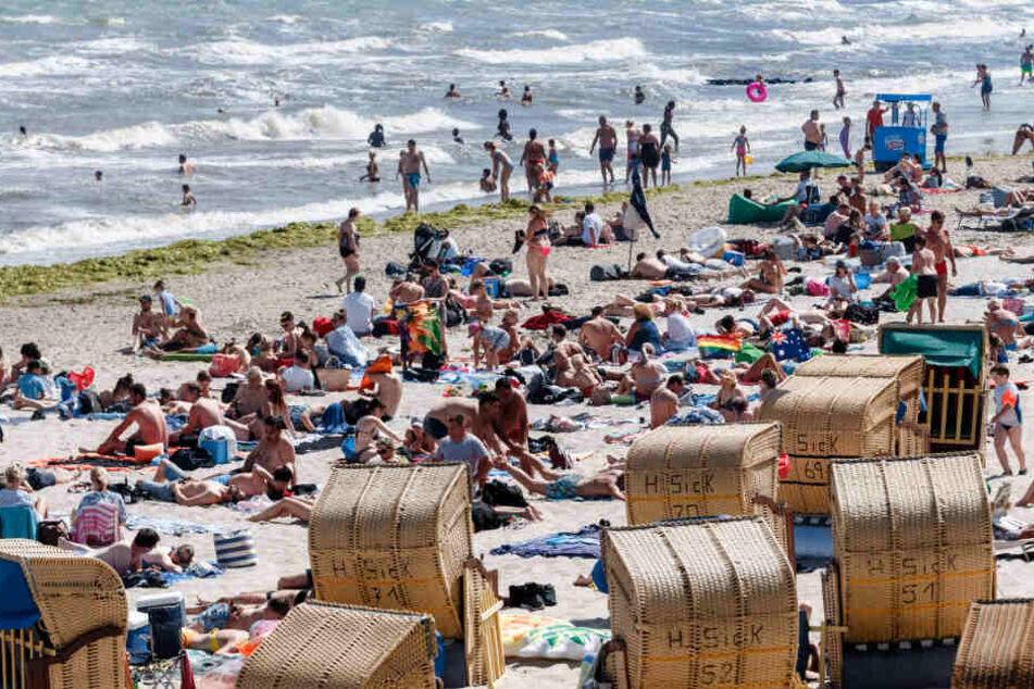 Urlauber drängen sich an den Stränden der Ostsee.