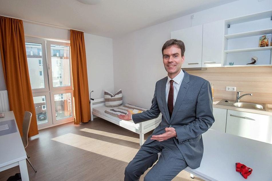 Hier lädt der Chef persönlich ein: Ulrich Krantz (40) in einem der schicken Studenten-Appartements in der Schillerstraße.