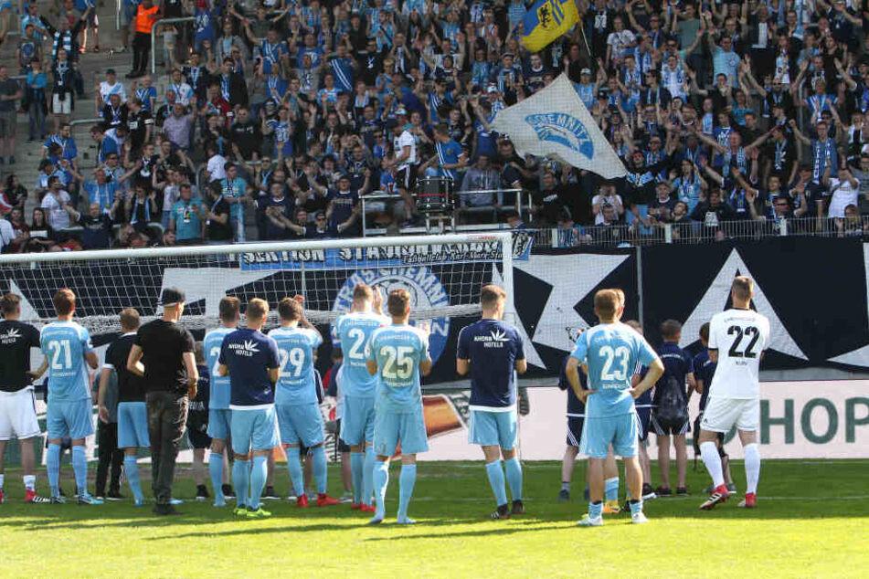 """Trotzdem gefeiert: Minutenlang jubelte die CFC-Südkurve den """"Himmelblauen"""" nach ihrer Niederlage gegen Preußen Münster zu."""