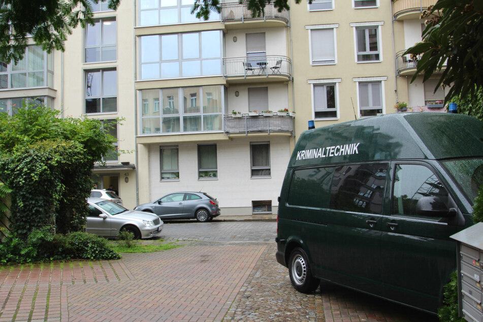 Zwei Tage lang sicherten Kriminaltechniker in dem Leipziger Mehrfamilienhaus Spuren.